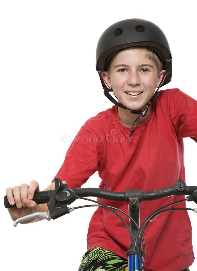 Sunt och aktivt tonårigt på cykeln royaltyfri foto