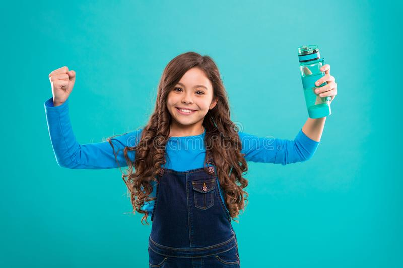 Sunt och hydratiserat Flickan att bry sig om hälsa och vattenjämvikt För hållvatten för flicka gladlynt bakgrund för flaska blå u arkivfoto