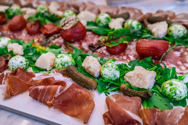 Sunt och nytt charkuteribräde med ost och kött arkivbilder