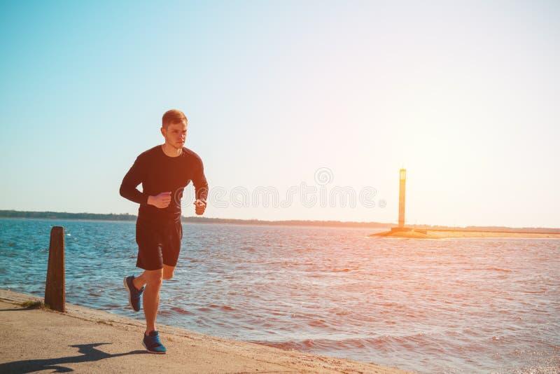 Sunt ungt jogga för svart man royaltyfri fotografi