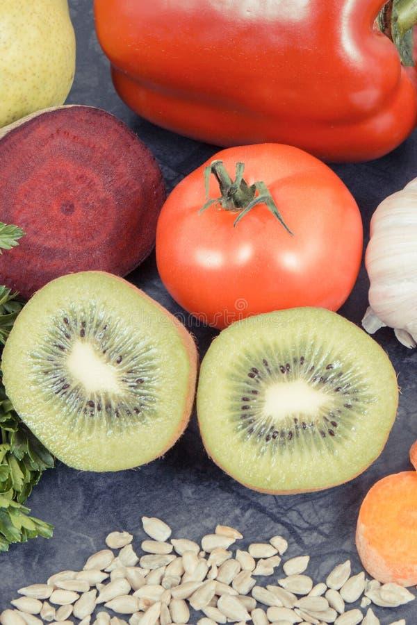 Sunt vitaminer och mineraler för äta innehållande Bästa mat för gikt och njurehälsa royaltyfri fotografi