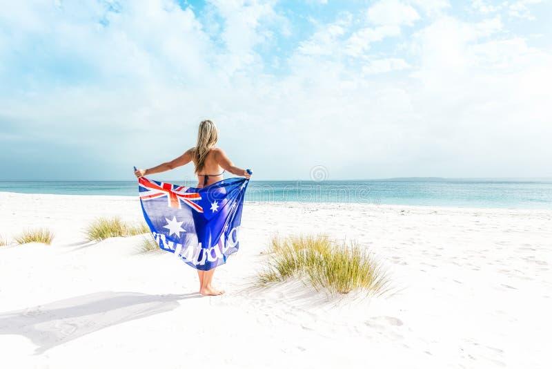Suntanned kvinna på den härliga stranden i Australien arkivfoton