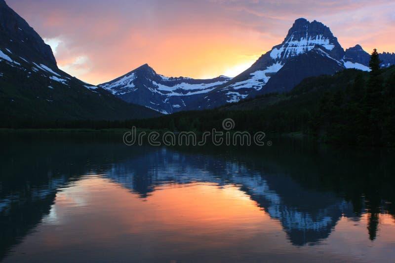 Snabb ström Lake på solnedgångglaciärnationalparken royaltyfria bilder