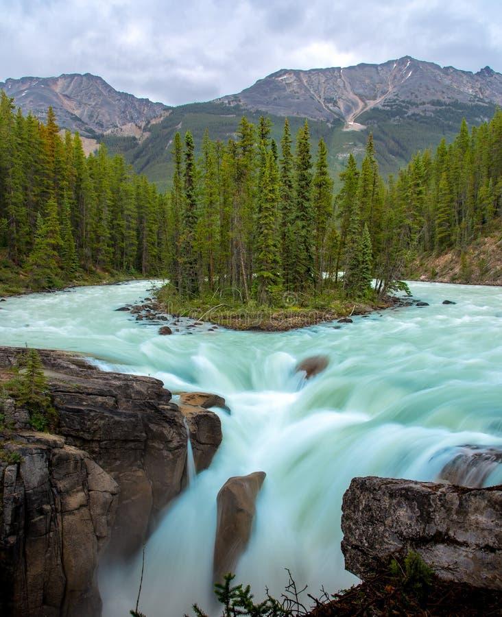 Sunwaptadalingen met blauw water die in de Lente, Alberta, Canada stromen stock foto's