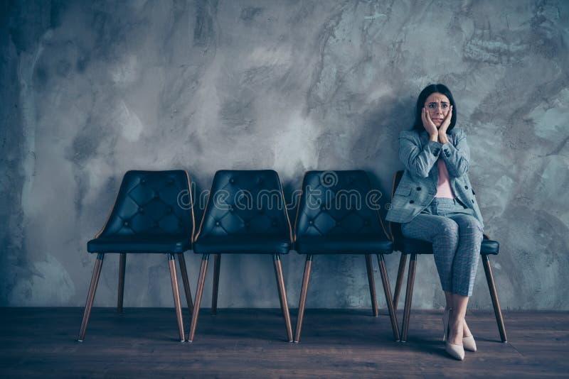 Suo lei riunione aspettante di appuntamento del responsabile del rivenditore di signora castana esecutiva elegante alla moda piac fotografie stock