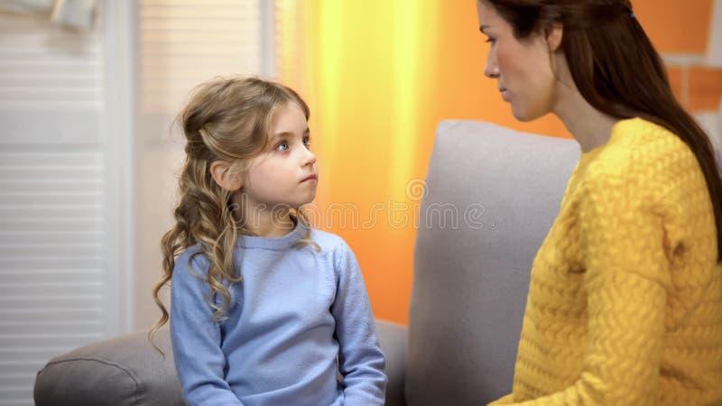 Suocera che rimprovera figlia per cattivo comportamento, problemi di relazione di famiglia fotografie stock