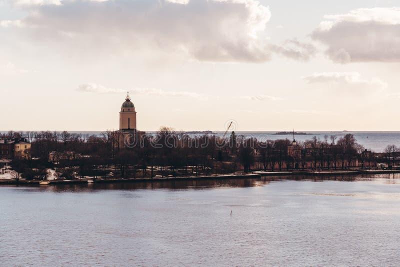 Suomenlinna-Festung an einem sonnigen Fr?hlingstag mit dem Leuchtturmturm, Helsinki Finnland stockbild