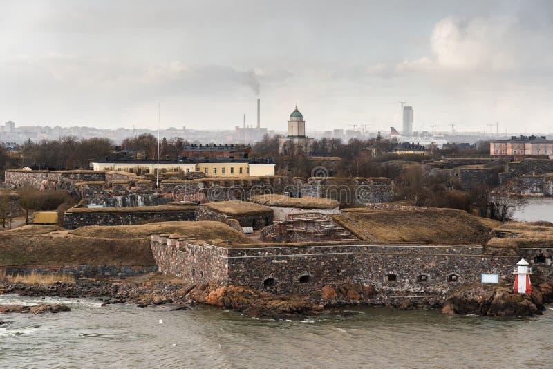 Suomenlinna ist die Festung außerhalb Helsinkis mit der Stadt, die im Hintergrund, Finnland gesehen wird lizenzfreies stockfoto