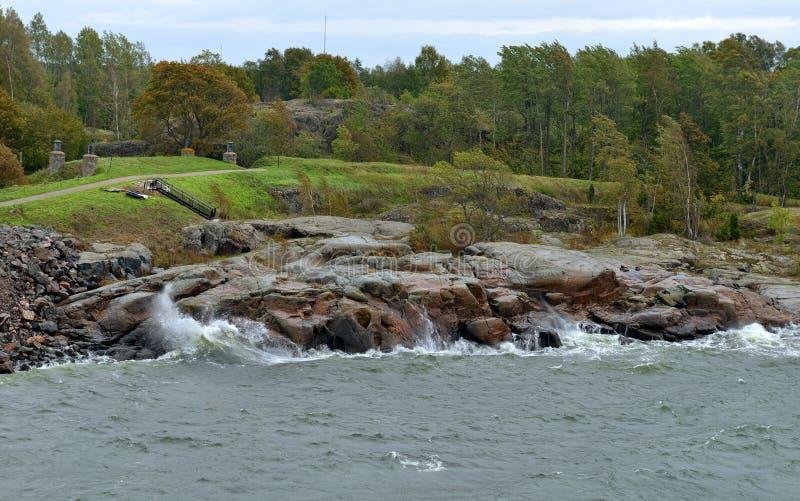 Suomenlinna Sveaborg in Helsinki, Finnland Landschaft mit stürmischem Meer des Herbstes stockfotografie