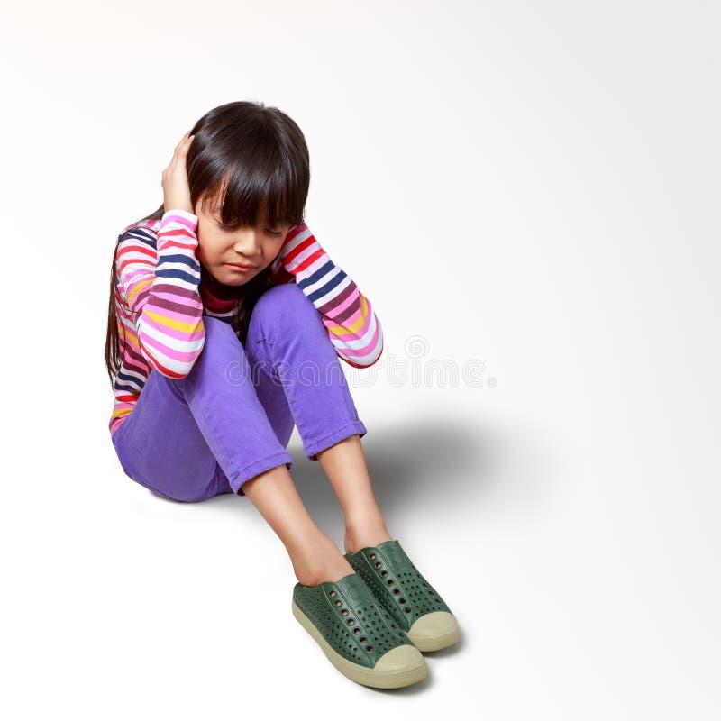 Suoni annoiati della piccola ragazza asiatica che infastidiscono reclamo immagini stock libere da diritti