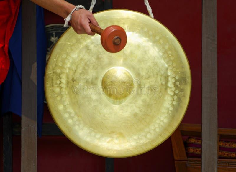 Gong in un monastero buddista fotografia stock libera da diritti