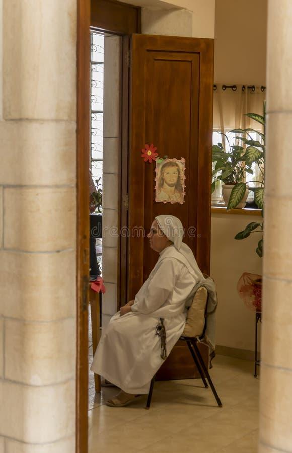Suora in chiesa delle beatitudini in mare della Galilea, Israele immagini stock libere da diritti