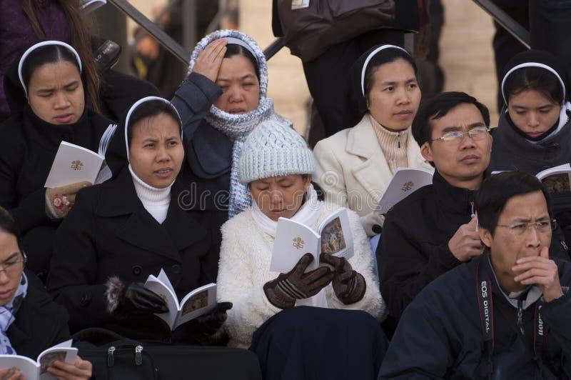 Suore e sacerdote alla massa di papa Francis immagini stock libere da diritti