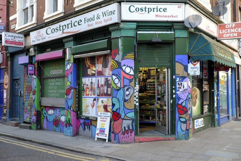 Supérette de Costprice dans la ruelle Londres est R-U de brique photo libre de droits
