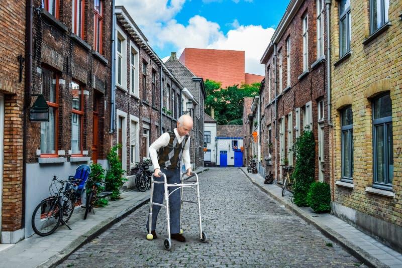 Supérieur plus âgé, marchant, handicapé, marchant, homme photographie stock