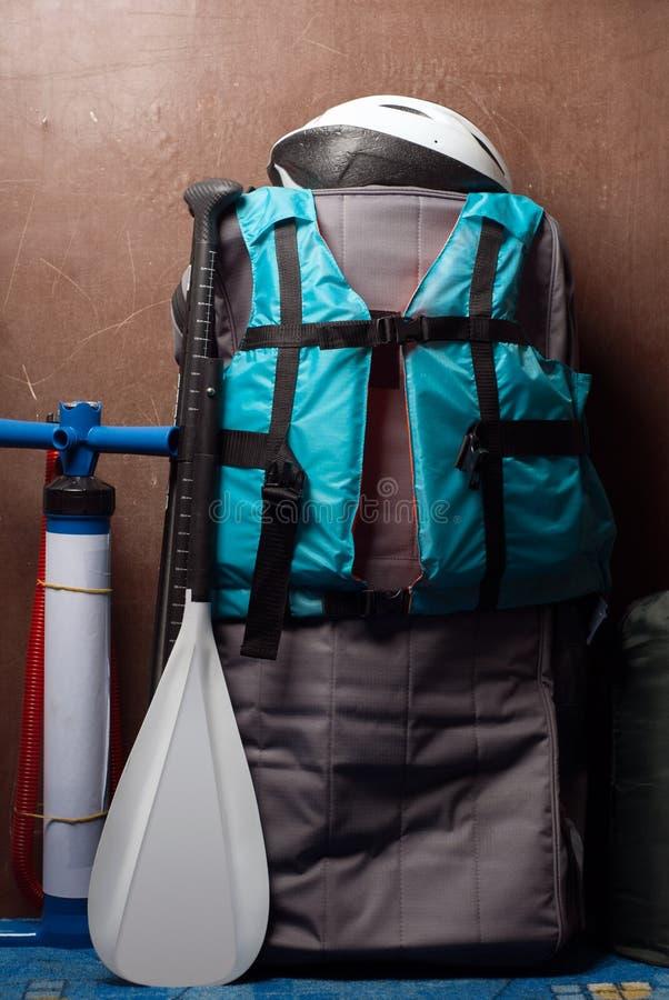 SUP deskę jeśli, błękitna kamizelka ratunkowa i biały paddle, obraz stock