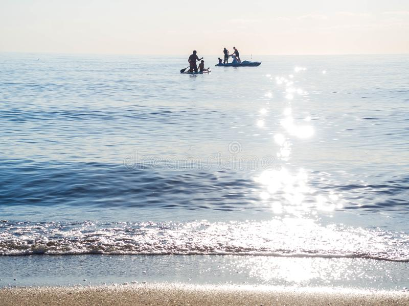 Sup l'addestramento praticante il surfing, nuotata nel mare aperto su SAP che pratica il surfing, catamarano fotografia stock