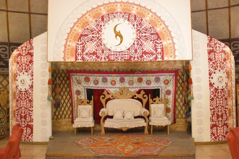 Supara Chunkurchak, Kirguist?n - 8 de mayo de 2019 dentro de yurt hizo como restaurante imagen de archivo libre de regalías