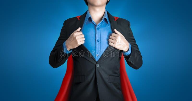 Super affärsman bär svarta kostymer och röda plaketter med superhjältar som coachning på blå och smart bakgrund fotografering för bildbyråer