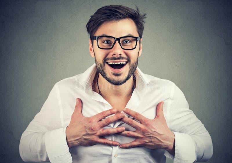 Super aufgeregter Mann, der Kamera überrascht betrachtet lizenzfreies stockbild