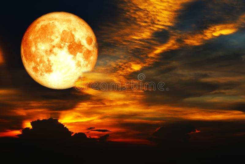 super bloedmaan op kleurrijke wolkenregenboog op nachthemel royalty-vrije stock foto