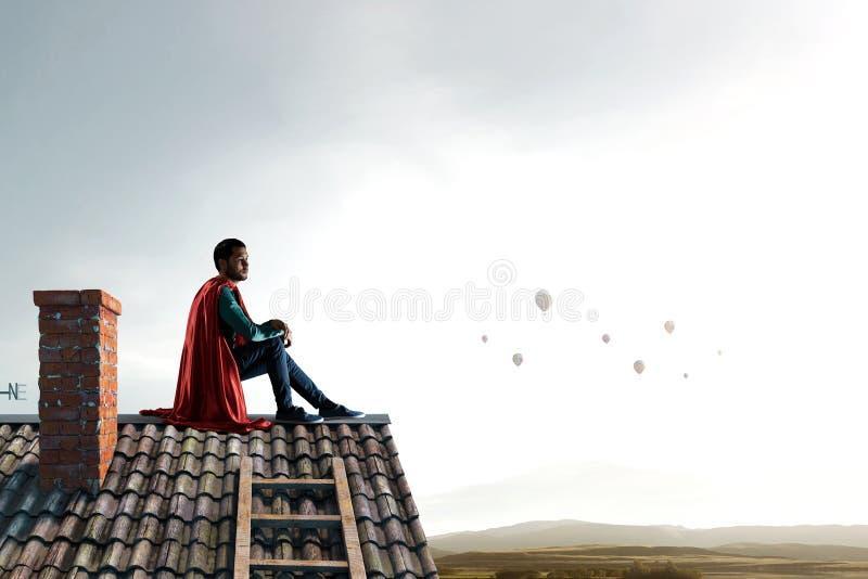 Super bohater na dachu Mieszani środki zdjęcia stock