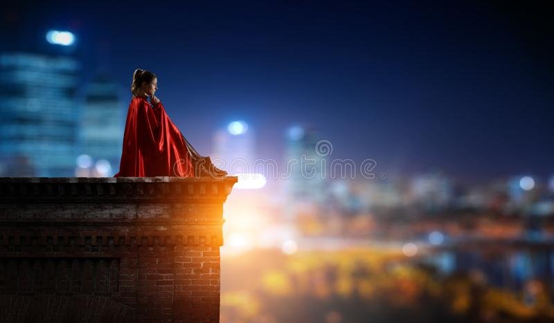 Super bohater na dachu Mieszani ?rodki obraz stock