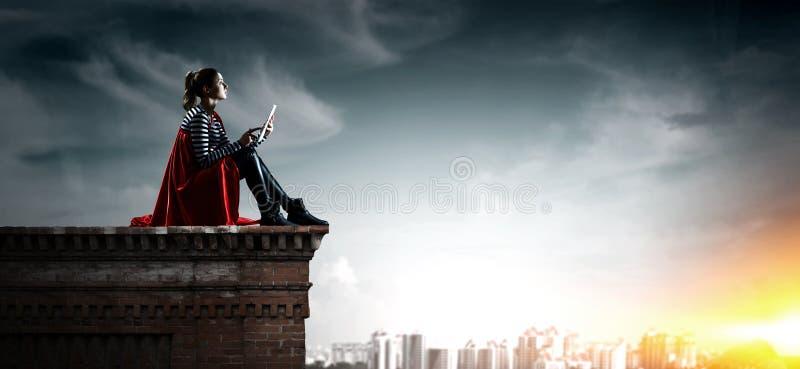 Super bohater na dachu Mieszani ?rodki obrazy royalty free