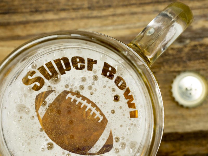 Super Bowl in einem Bier lizenzfreies stockfoto