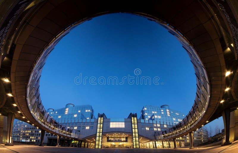 Super breed hoekpanorama van de bouw van het Europees Parlement in Brussel (Brussel), België, 's nachts stock foto
