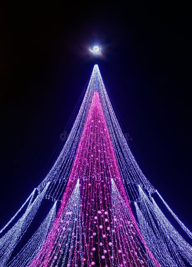 Super die maan en een Kerstboom met decoratie bij Vilnius-Kathedraalvierkant in Litouwen wordt geïnstalleerd royalty-vrije stock fotografie