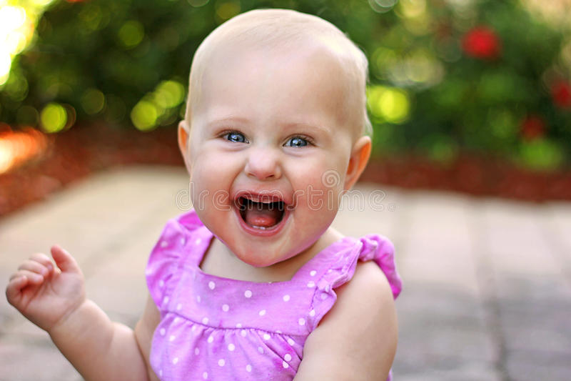 Super Gelukkig Glimlachend Babymeisje buiten stock afbeelding