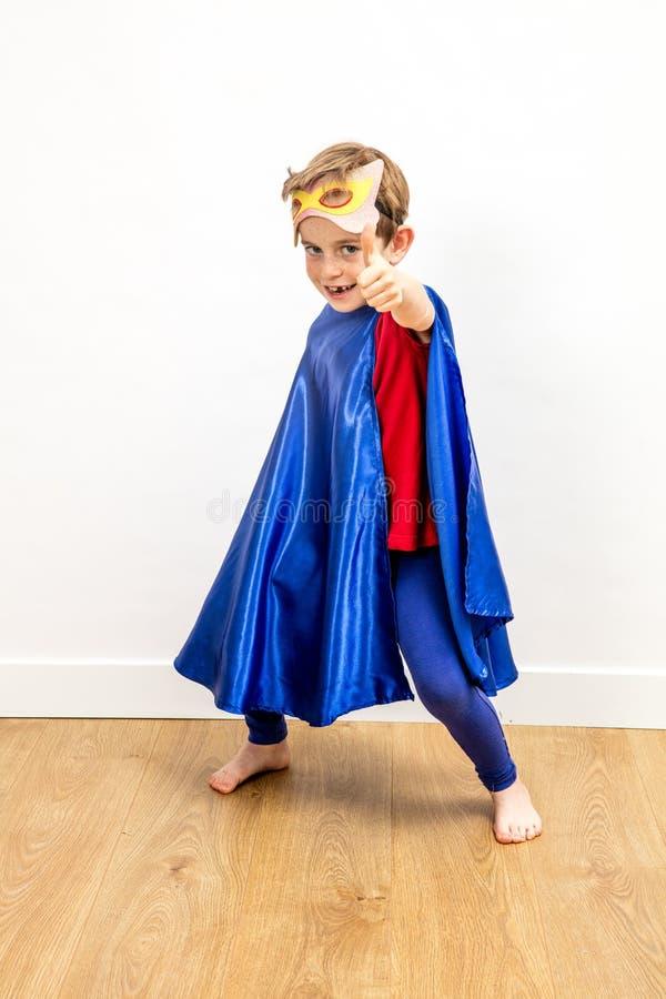 Super héroe de la diversión que juega con los pulgares para arriba para el concepto de la libertad imágenes de archivo libres de regalías
