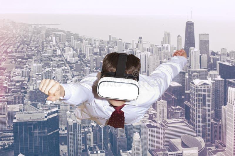 Super héroe del hombre de negocios que lleva los vidrios de la realidad virtual imagen de archivo libre de regalías