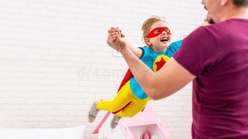Super héroe del juego del padre y de la hija fotografía de archivo