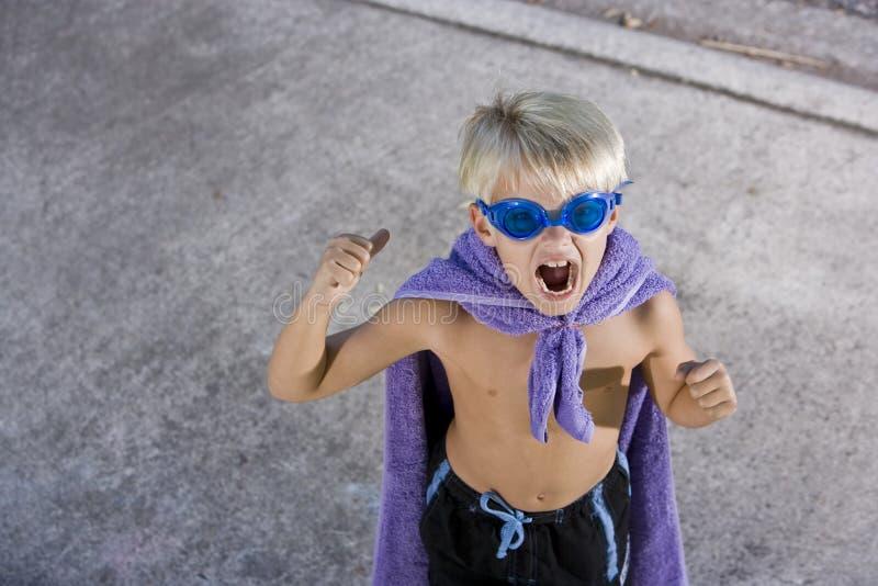 Super héroe del muchacho con la máscara y el cabo, gritando fotografía de archivo