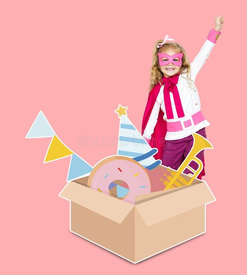 Super héroe joven que se prepara para una fiesta de cumpleaños imagen de archivo