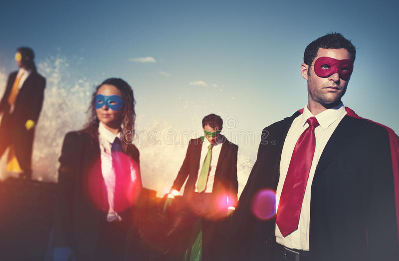 Super héroes del negocio en el concepto confiado de la playa fotos de archivo