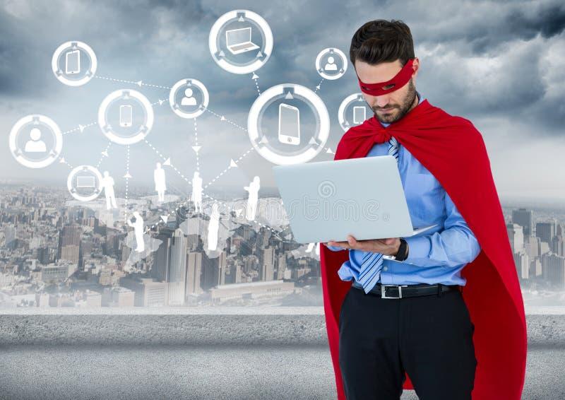 Super héros d'homme d'affaires avec l'ordinateur portable contre l'horizon avec l'interface blanche photo stock