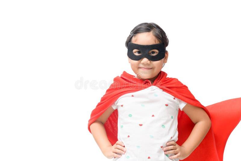 Super héros de jeux de petit enfant d'isolement image stock
