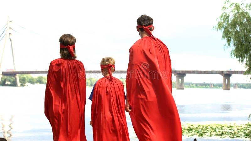 Super helden die brug, kostuumpartij, vermaak voor gehele familie bekijken stock foto's