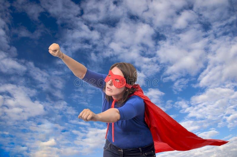 Super-herói da mulher com cabo vermelho fotos de stock