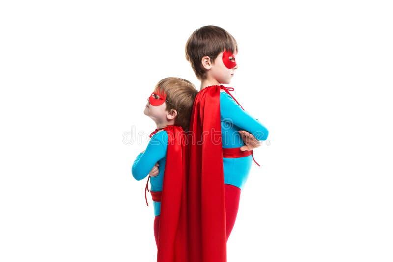 Super-herói de dois meninos com uma máscara e um casaco imagens de stock royalty free