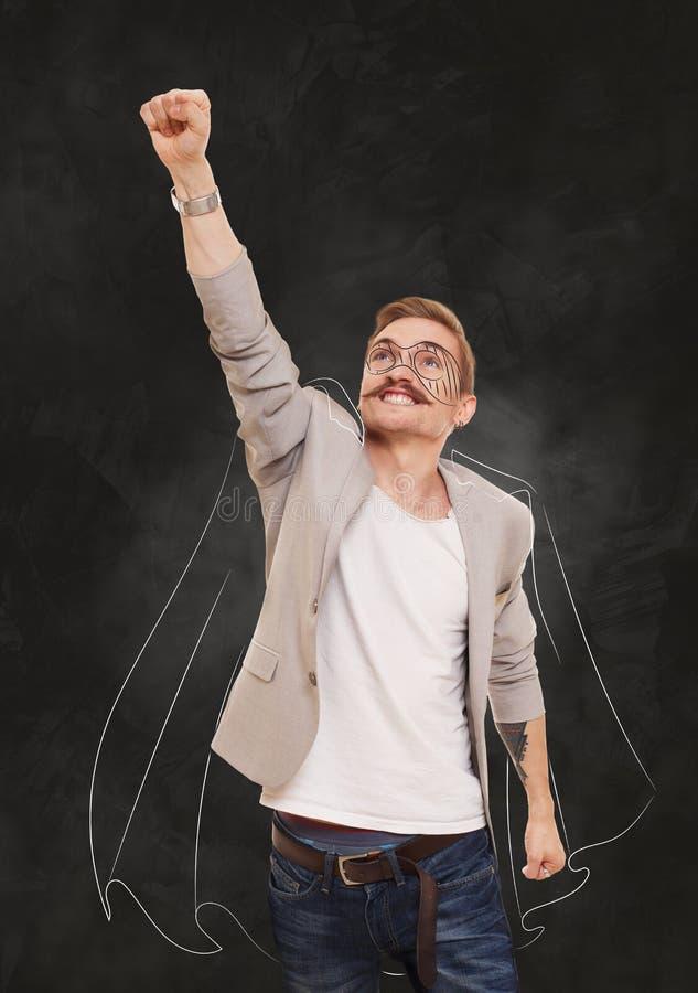 Super-herói do homem na pose do voo no fundo preto imagens de stock