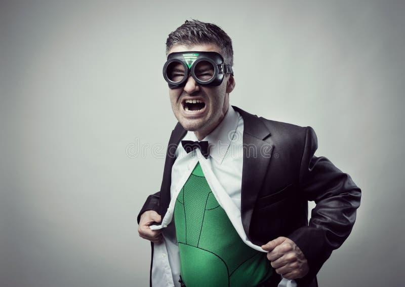 Super-herói que descola a camisa e o revestimento foto de stock