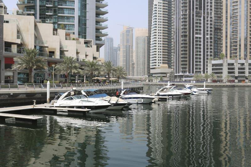 Super jachty cumowali w schronieniu Dubaj obrazy stock