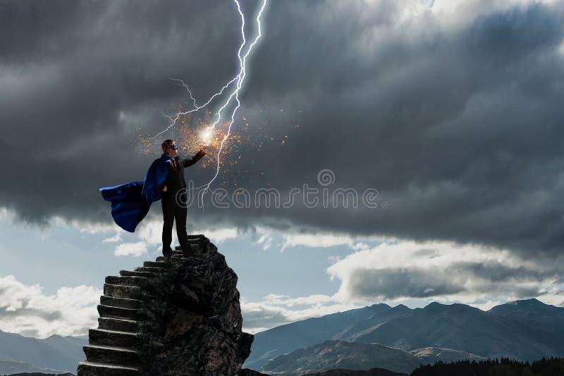 Super mężczyzna w niebie Mieszani środki obrazy stock