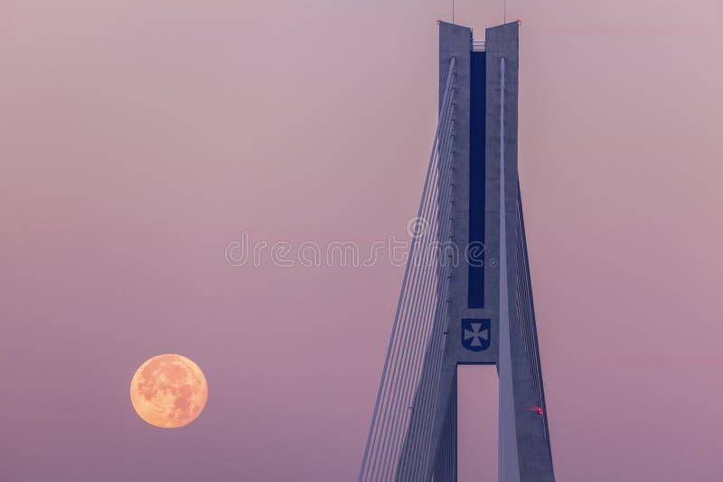 Super maan door Tadeusz Mazowiecki Bridge in Rzeszow royalty-vrije stock foto's