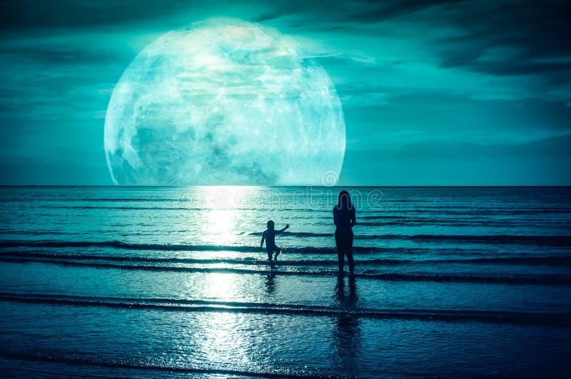 Super maan Kleurrijke hemel met wolk en heldere volle maan over Se stock afbeeldingen
