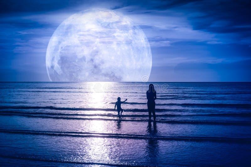 Super maan Kleurrijke hemel met wolk en heldere volle maan over Se royalty-vrije stock afbeelding